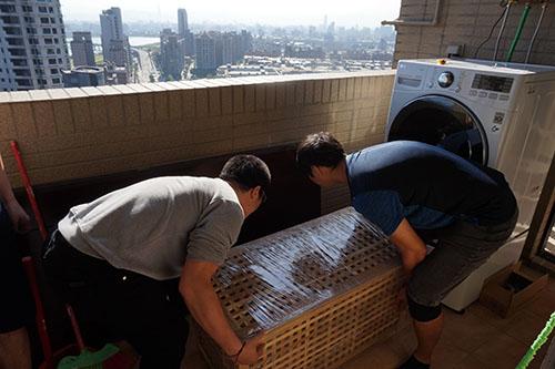 天喜台北搬家公司細心地打包、搬運顧客的傢俱