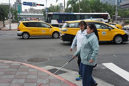 馬路上教導定向行動圖片