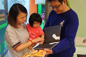父母與孩子一同閱讀圖書