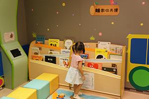 一個兒童在圖書室選書