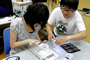 專員教導視障者使用視覺輔具
